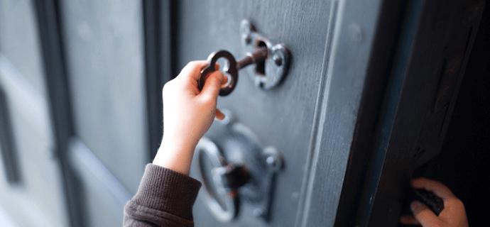 Ребенок открывает дверь ключом