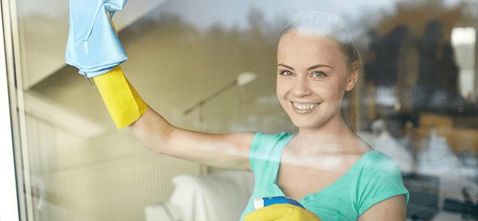 Уборщица моет окно и радуется непонятно чему