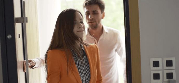 Молодая пара заходит домой