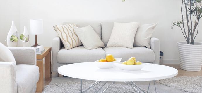 Стильный интерьер с диваном, креслом и столиком с фруктами