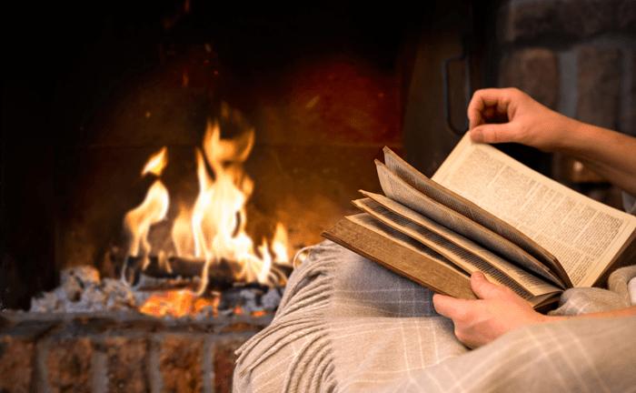 Книжка у уютного камина