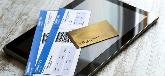 Билеты, планшет и банковская карта на столе