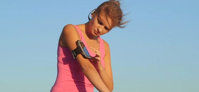 Девушка на пробежке со смартфоном