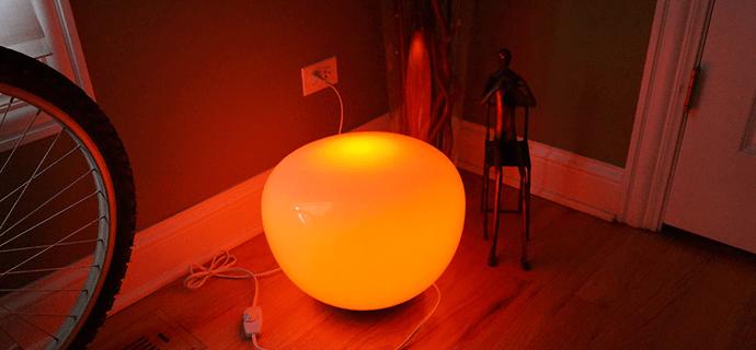 Цветная лампа в прихожей