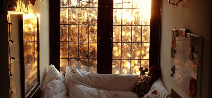 Теплый и уютный дом. Постель у окна