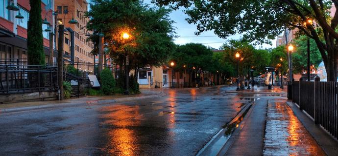 Вечер опускается на город
