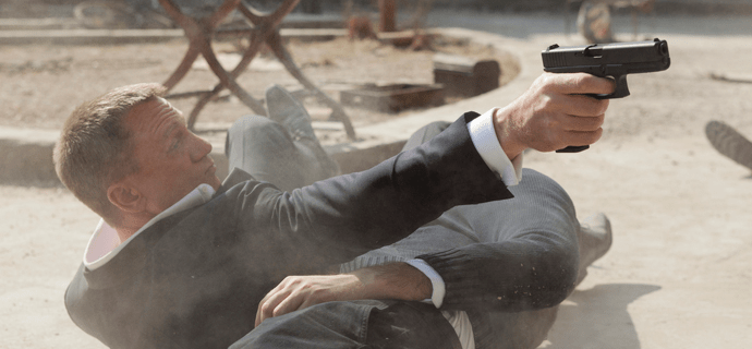 Секретный спецагент Джеймс Бонд стреляет по врагам
