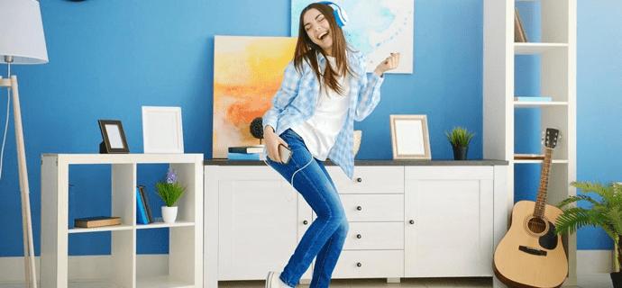 Девушка с плеером танцует в наушниках