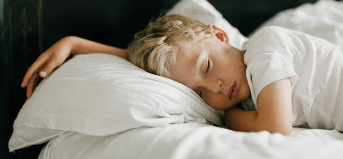 Безмятежный сон ребенка рано утром