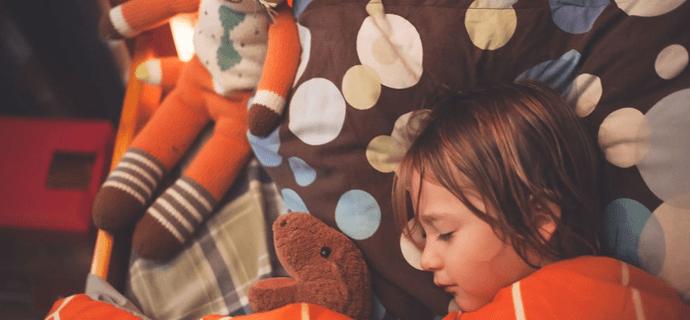 Ребенок заснул в кровати с игрушками