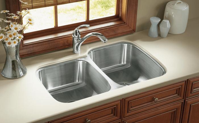 раковина Kohler с двумя чашами для экономного мытья посуды