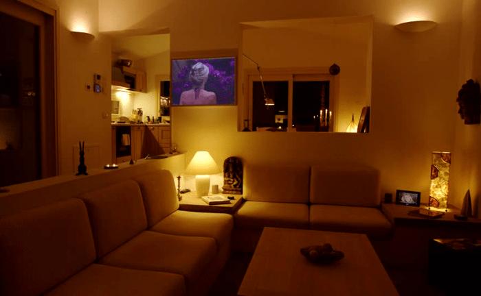 Уютное приглушенное освещение в комнате
