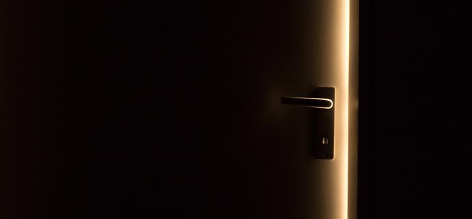 Дверь в темную комнату