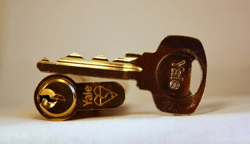Цилиндровый (английский) замок Yale и английский ключ