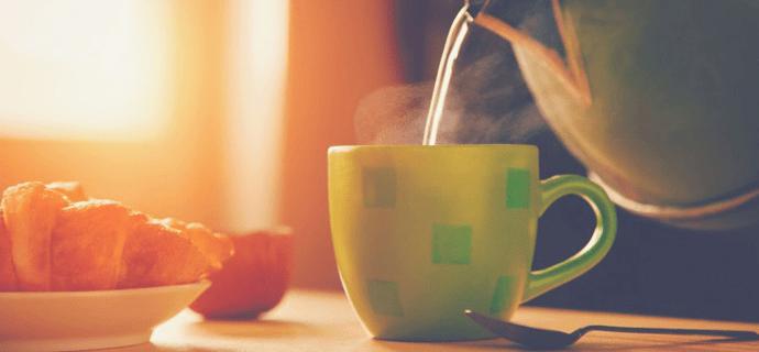 Чайник наливает чашку утреннего чая