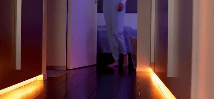 Девушка выходит из спальни в коридоре, ночная подсветка