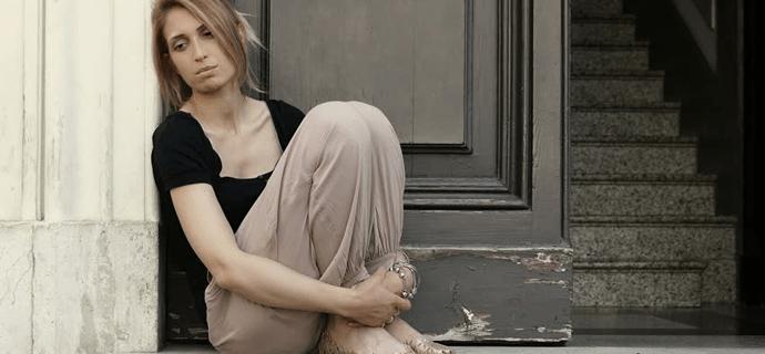 Девушка сидит под дверью без ключей